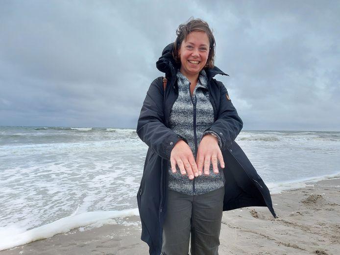 Annemieke is blij dat ze haar trouwring en verlovingsring terug heeft. Ze lagen bedolven onder het zand van het strand.