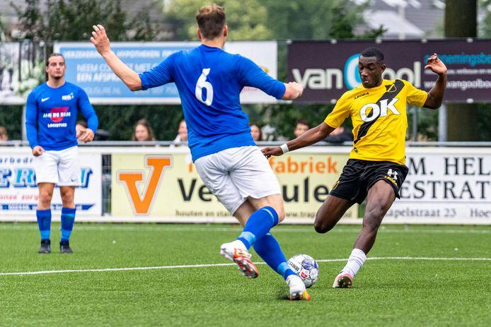 Vieri Kotzebue was met twee goals van grote waarde voor NAC. Hier poogt VV Hoeven-verdediger Joost Blaauwhof hem het scoren te beletten.