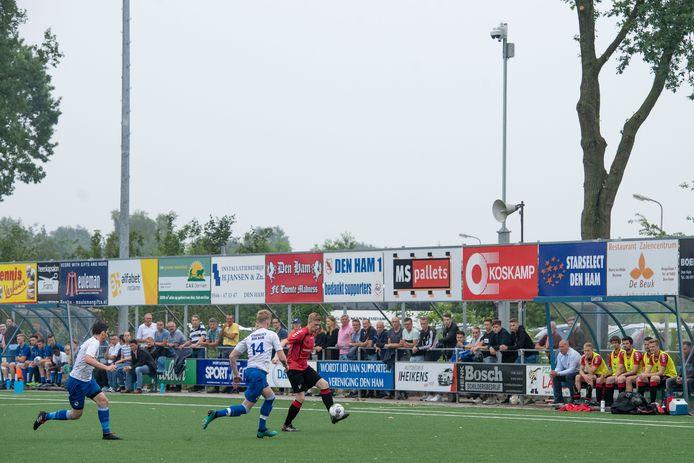 Rechts in beeld de camera van VoetbalTV bij Den Ham.