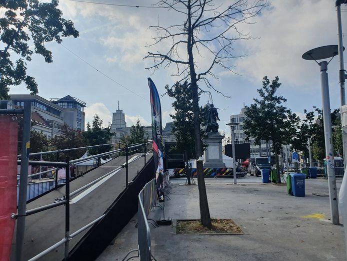 Na de presentatie van de renners rijden ze via een soort fietsbrug naar de start aan de Grote Markt.