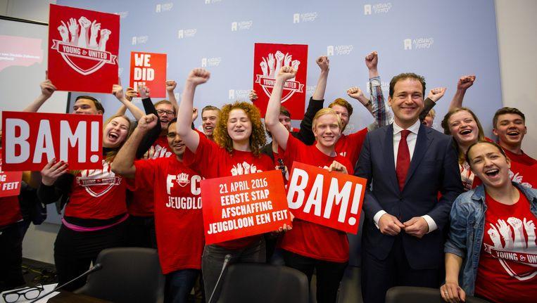 Jongeren van FNV Young and United reageerden uitgelaten op de wetswijziging. Anderen waarschuwen voor een daling van de werkgelegenheid. Beeld anp
