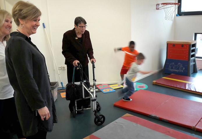 Staatssecretaris Jetta Klijnsma bezoekt basisschool De Appel in Roosendaal en kijkt mee in gymzaal. Foto Franka van der Rijt