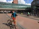 Staatssecretaris Stientje van Veldhoven fietste vorig jaar op een houten fiets door Houten Fietsstad.
