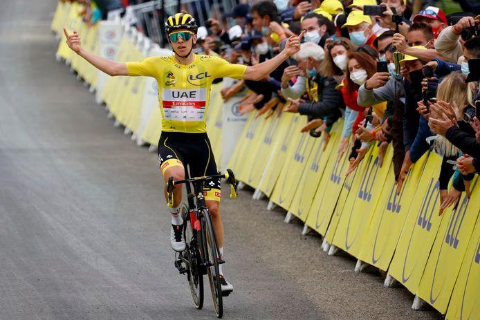Tadej Pogacar (r) wint de achttiende etappe.