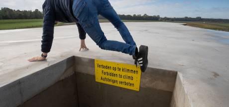 Dit kunstwerk in de polder is razend populair én gevaarlijk. Daarom komt er een hek