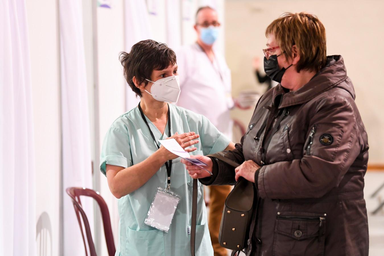 Une femme se fait vacciner à Charleroi, le 5 mai 2021.