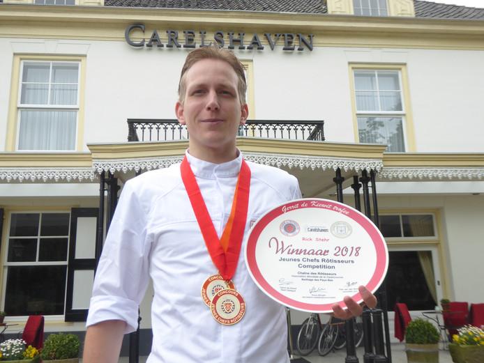 Rick Stehr met de medailles en het winnaarsbord van de nationale kokswedstrijd, eerder dit jaar.