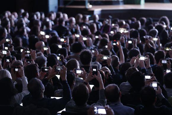 De aanwezigen filmen massaal de voorstelling.