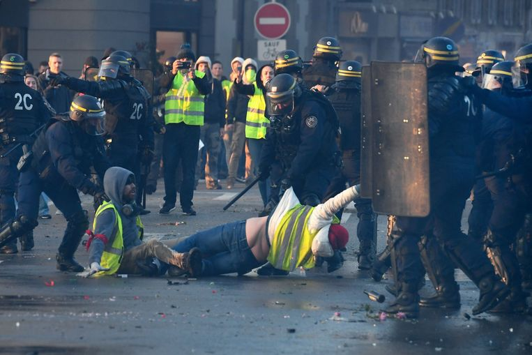De afgelopen jaren kwamen veel gevallen van politiegeweld in Frankrijk aan het licht dankzij filmende omstanders. Beeld AFP
