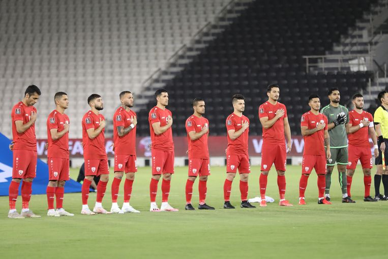 Het Afghaanse team bij het volkslied voorafgaande aan de wedstrijd tegen Bangladesh, die in 1-1 zou eindigen. Beeld Shams Amini/AFF.