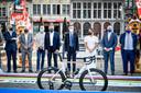 De startstreep wordt onthuld bij de voorstelling van het parcours van het WK 2021 op de Grote Markt in Antwerpen.