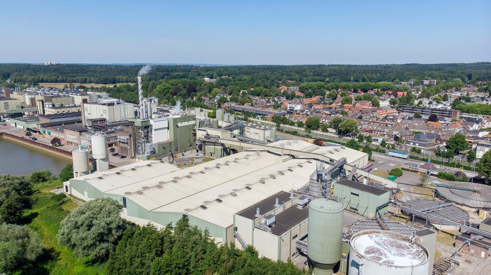 De papierfabriek Smurfit Kappa Parenco met vlak daarachter het dorp Renkum.