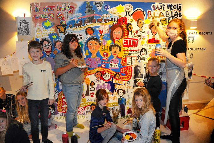 Scholieren van groep 7 van 't Klinket uit Koudekerke vervolmaken een schilderij over het gedachtegoed van Etty Hillesum, waar eerder al leerlingen van twee andere basisscholen aan werkten.