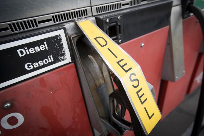 Een dieselpomp bij een tankstation.