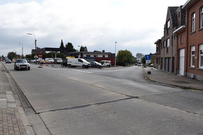 Ter hoogte van de kruispunten Godveerdegemstraat met de Jasmijnstraat en Tweekerkenstraat werd een grote rotonde gecreëerd.