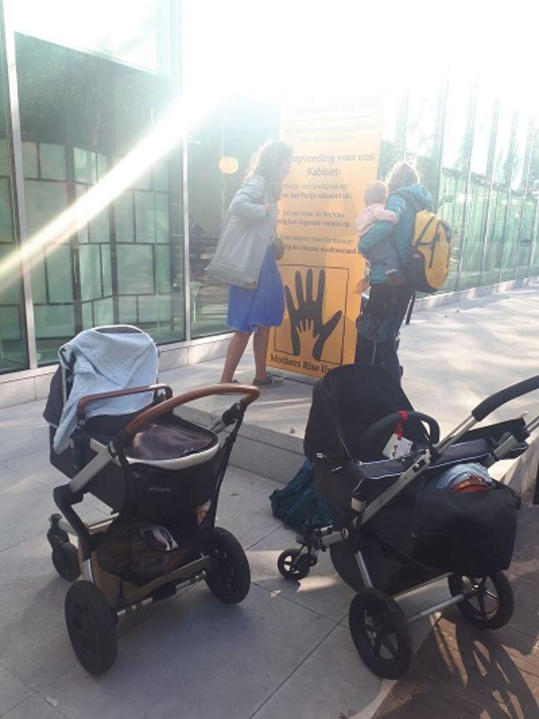 Moeders met jonge kinderen komen vrijdagochtend aan bij de Hoge Raad in Den Haag, voor aanvang van de 'Klimaatzaak'. Beeld Frank Straver