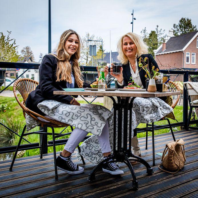 Inez en haar moeder Daniëlle tijdens de terrasopening bij restaurant Nonna in 's-Gravendeel. 'Heerlijk! We hebben wel vaak eten afgehaald, maar dat is toch anders dan echt uit eten gaan.'