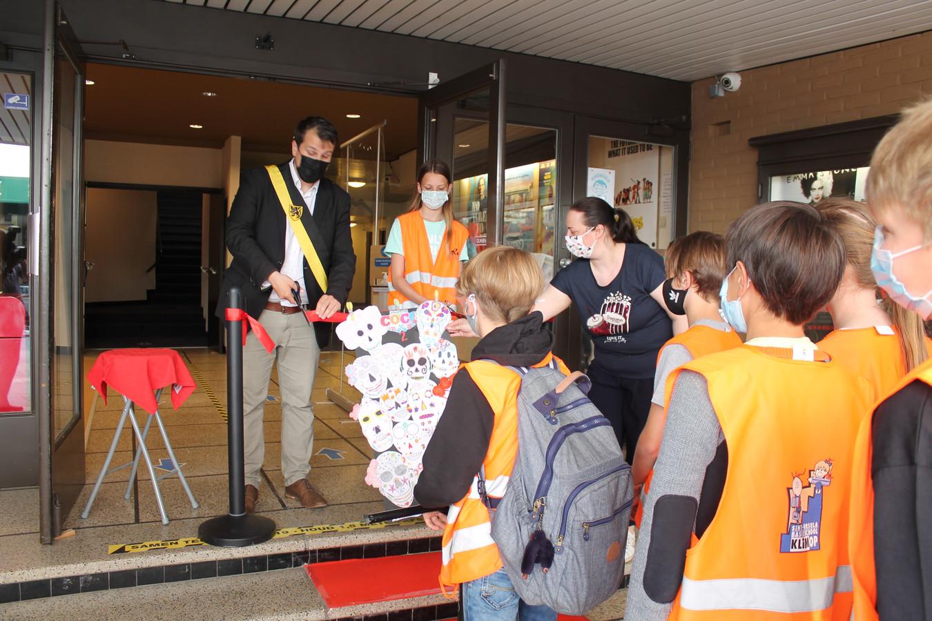 Waarnemend burgemeester Rik Verwaest knipte een lintje door bij de heropening van Cinema Varietes.