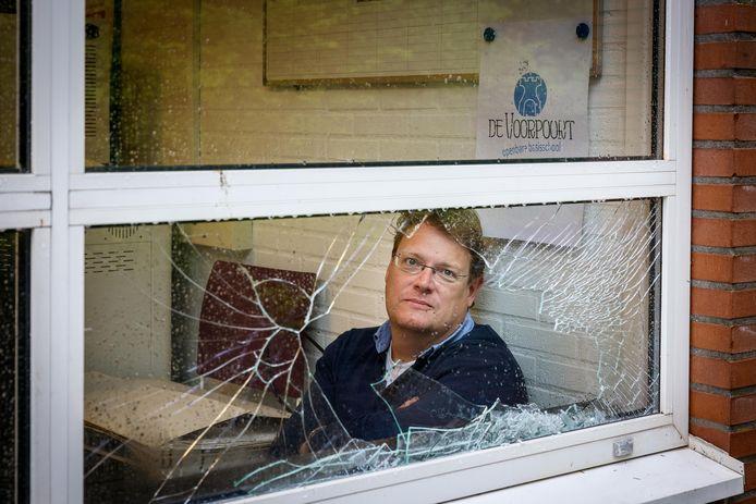 Leendert Kroes, directeur van OBS De Voorpoort, baalt van de kapotte ruiten bij zijn school.