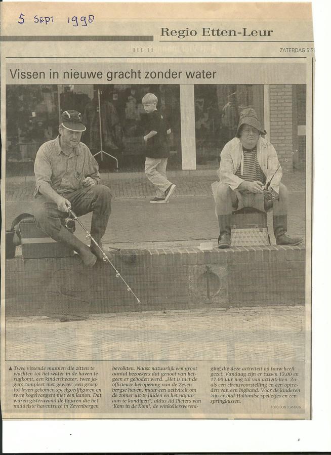 Piet Nagtzaam en zijn maat Michel van Opstal tijdens hun 'visavontuur' aan de haven in Zevenbergen.