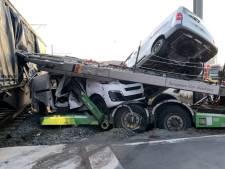 Goederentrein ramt vrachtwagen met lading bestelwagens in Zeebrugge: trucker komt met de schrik vrij