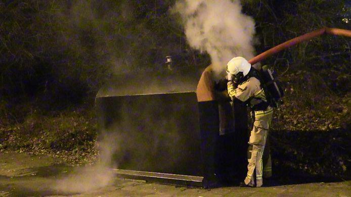 De brandweer in Enschede was druk met containerbranden.