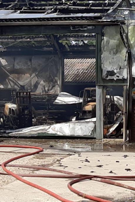 Glasdeeltjes neergedwarreld rond uitgebrande schuur in Poortvliet