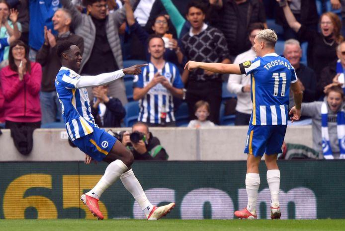 Danny Welbeck bedankt Leandro Trossard voor de assist bij de 2-0.