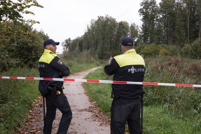 De politie op zoek in Zeewolde.