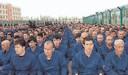 Beeld uit het boek Kroongetuige van Chinese Dissidente Sayragul Sauytbay. Op de foto staan gevangenen in een kamp waar foltering en hersenspoeling aan de orde van de dag zijn.  Oeigoerse en Kazachse mensenrechtenactivisten spreken van de 'fascistische concentratiekampen van de Communistische Partij van China'.