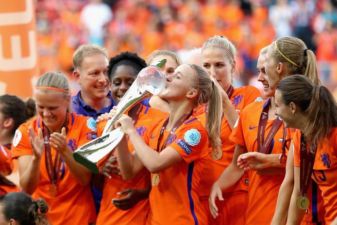 Jackie Groenen kust de beker na de gewonnen EK-finale tegen Denemarken (4-2) van vorig jaar.