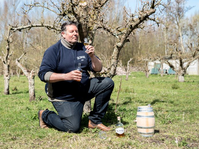 Eigenaar Cees Snijders van Restaurant Sence in Burgh-Haamstede presenteert zijn Schodu rum in de perenboomgaard. Deze peren worden gebruikt in deze rum.
