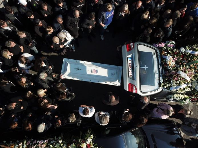 Le cercueil de Valerio en train d'être introduit dans le corbillard à Dampremy (Charleroi).