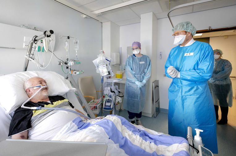 Koning Willem-Alexander bezoekt in beschermende kleding een afdeling met covidpatienten in het Van Weel-Bethseda Ziekenhuis in Dirksland. Beeld ANP