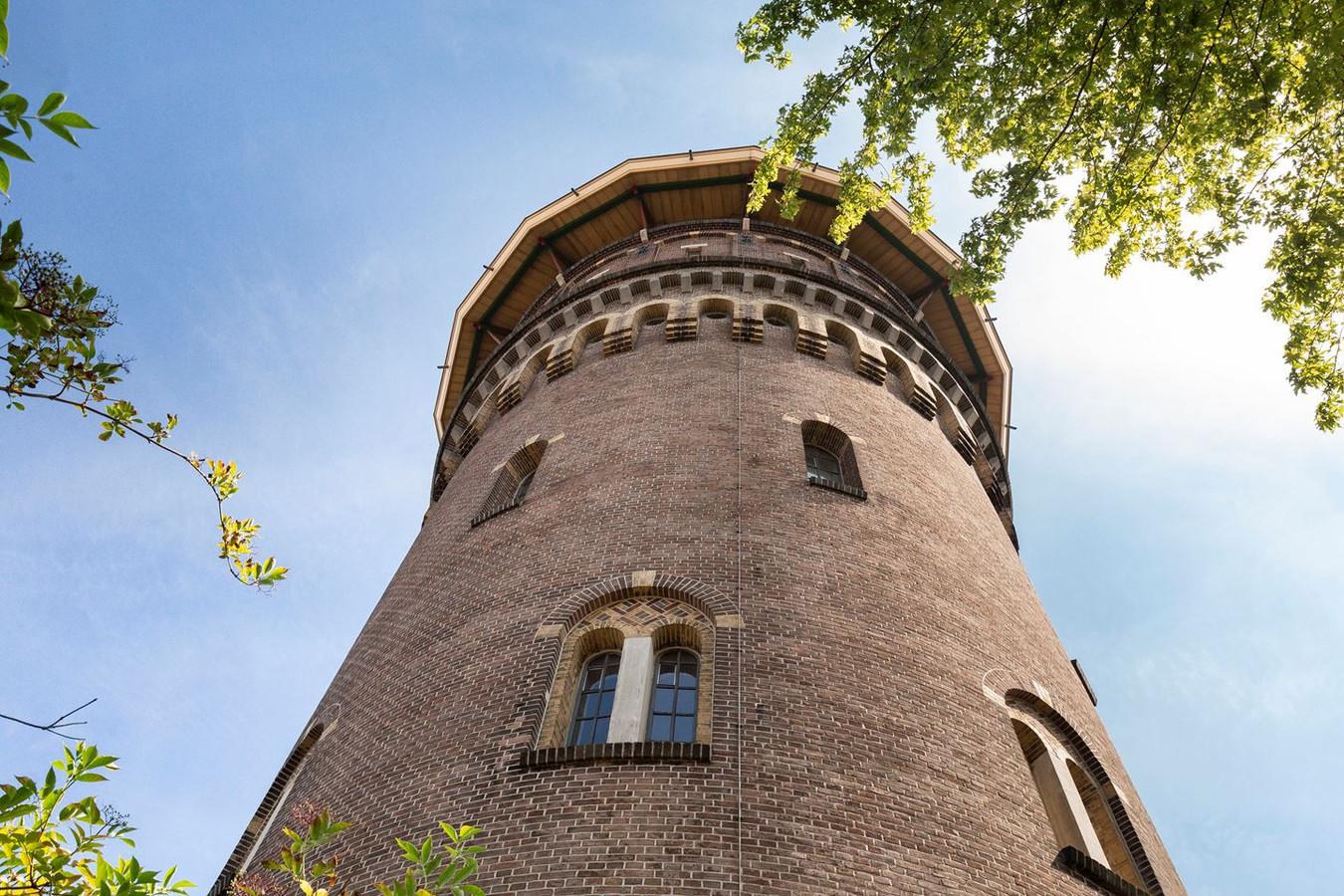 De watertoren in Bergen op Zoom staat te koop. Kunstenaar Marius Dielemans heeft zijn stempel op het interieur gedrukt.