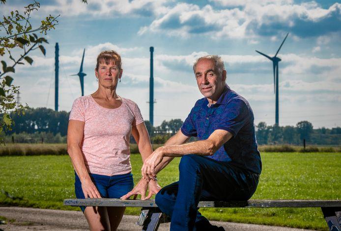 Melkveehouders Joke en Henk Lubberding zijn klaar met de alsmaar voortkabbelende discussie over nieuwe windmolens tussen Zutphen en Eefde. Op de achtergrond de huidige windmolens in het gebied, duidelijk zichtbaar vanaf hun boerderij.