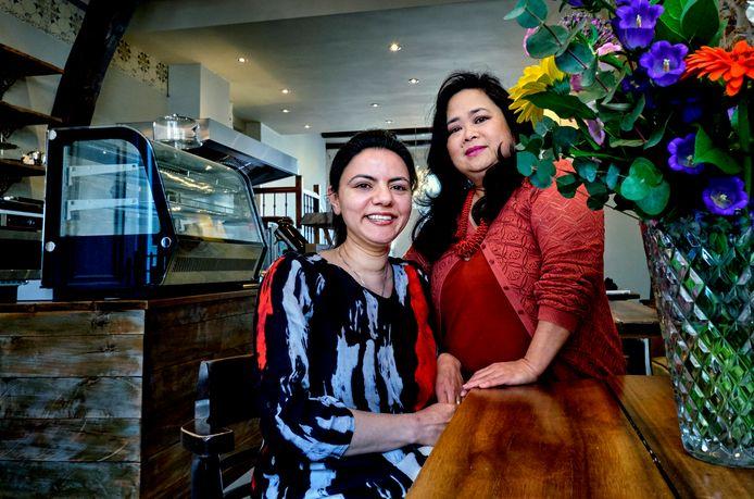 Chia Kadir en Kim Lim in hun lunchroom Helena aan de Voorstraat.
