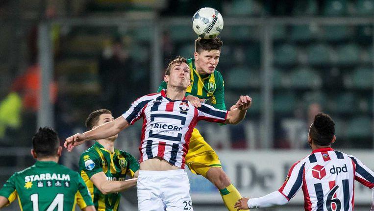 Stijn Wuytens van Willem II en ADO-speler Danny Bakker in een kopduel. Beeld anp