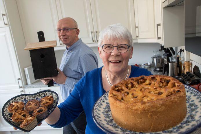 Gerry met haar appeltaarten en haar man met een vogelhuisje