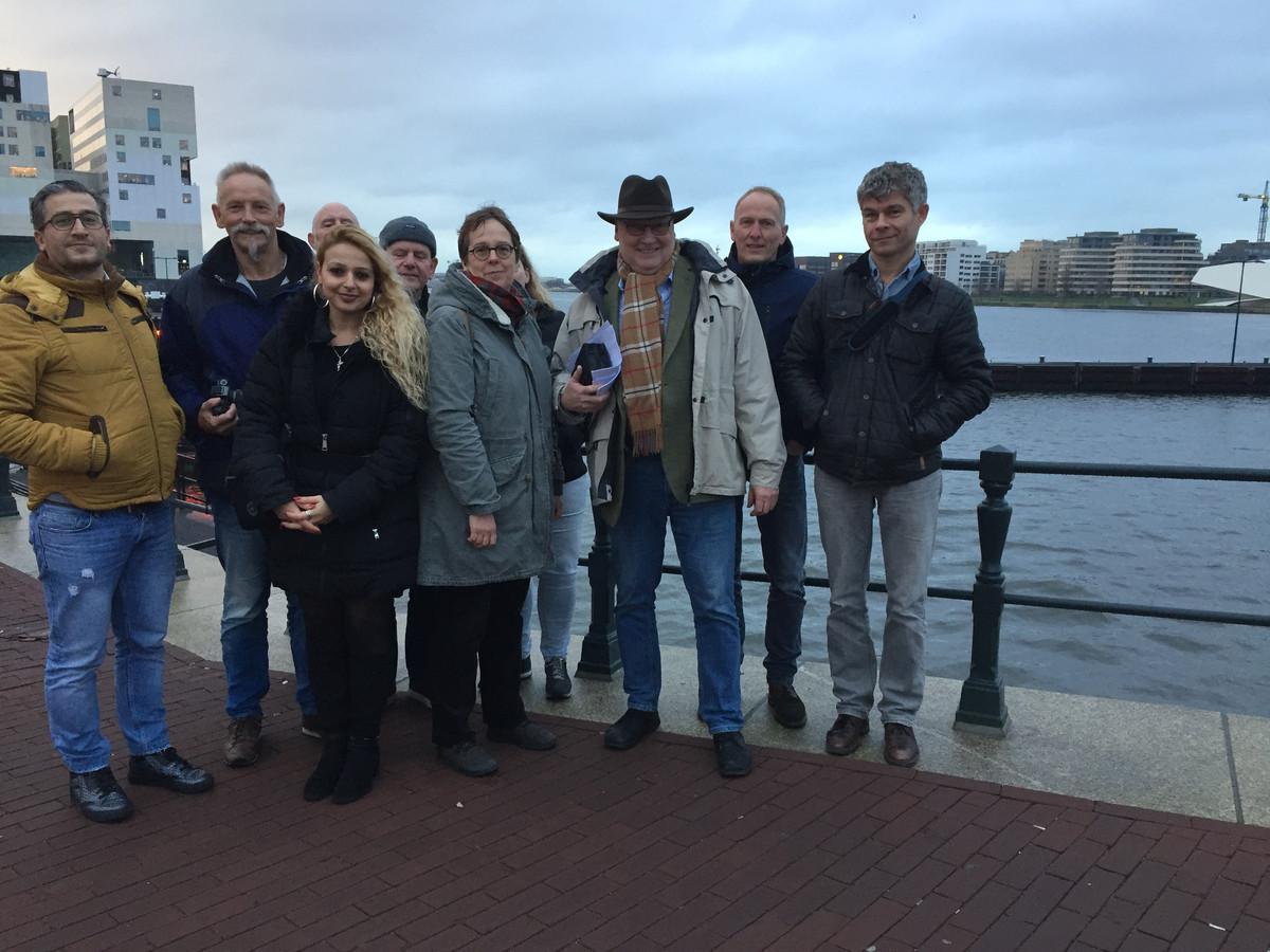 Ambtenaren van de gemeente Almelo waren donderdagmiddag in Amsterdam voor rechtszaak OR tegen gemeente Almelo. Vooraan met hoed voorzitter van de OR Harry Schrotenboer