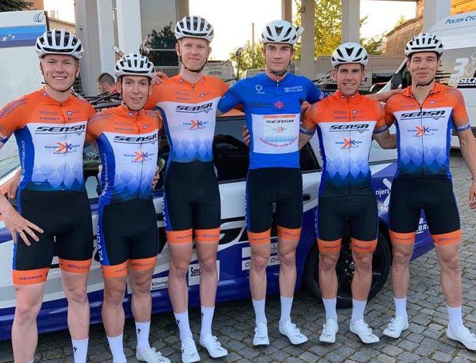De renners van Sensa-Kanjers voor Kanjers in de Poolse etappekoers, met helemaal rechts Jelle Johannink uit Denekamp.
