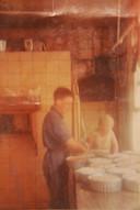 Rik werkt als jonge knaap (rechts) vanop een stoel  de paté af, samen met een leerjongen.
