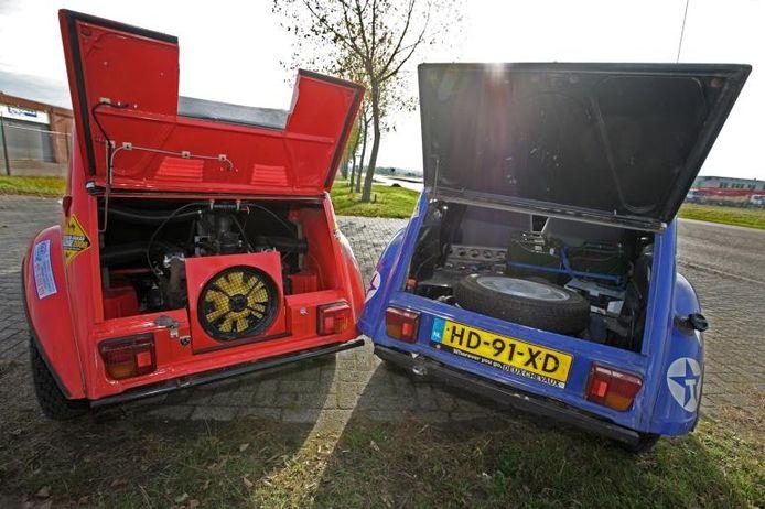 De normale 2CV-kofferbak, links de extra ingebouwde tweede motor.