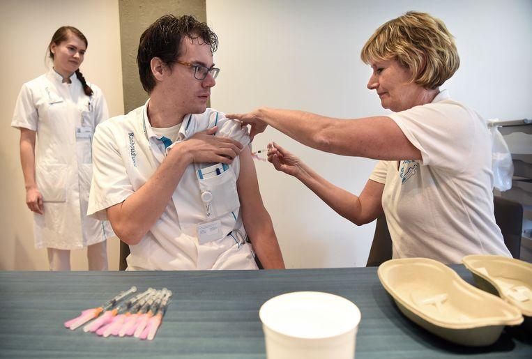 Zorgprofessionals van het Radboud UMC ziekenhuis krijgen een griepprik.  Beeld Marcel van den Bergh