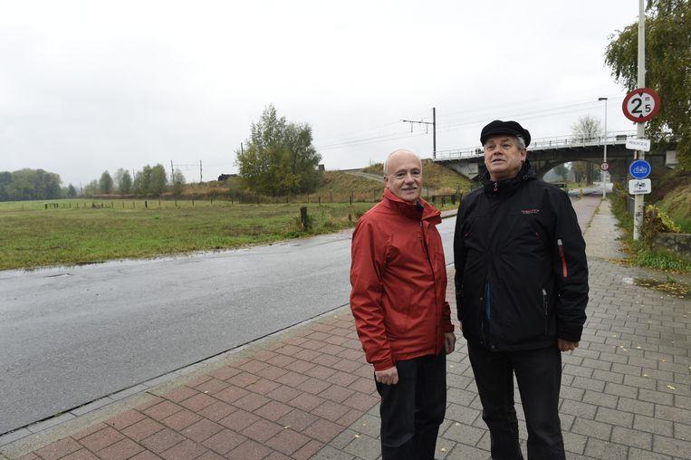 Fons Ivens en Philippe Deleu (buurtcomité Bolse) aan de Prinshoeveweg, waar Infrabel een spoortoegang wil bouwen.