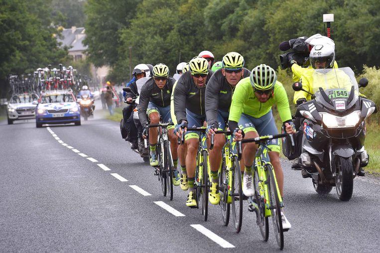 Opnieuw alle hens aan dek bij Tinkoff: met zijn vieren moeten de ploegmakkers van Contador hun kopman na een nieuwe valpartij terug in de wedstrijd brengen. Beeld TDW