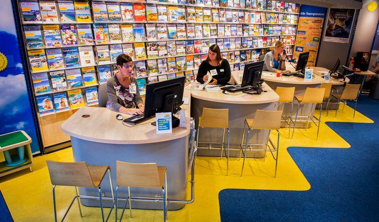 Medewerkers van D-reizen in een filiaal in Hoofddorp. De keten van reisbureaus werd vandaag failliet verklaard.  Beeld Hollandse Hoogte /  ANP