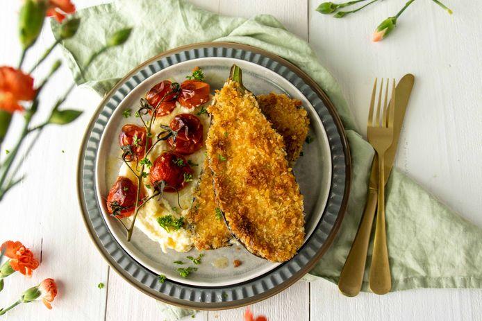 Aubergine schnitzel met pastinaakpuree en gepofte tomaatjes.