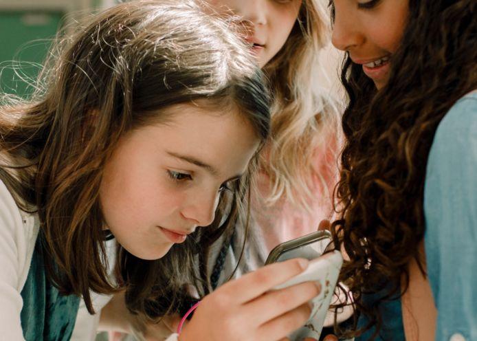 Vanaf het middelbaar durft amper de helft van de meisjes een onbewerkte foto van zichzelf op sociale media te delen.
