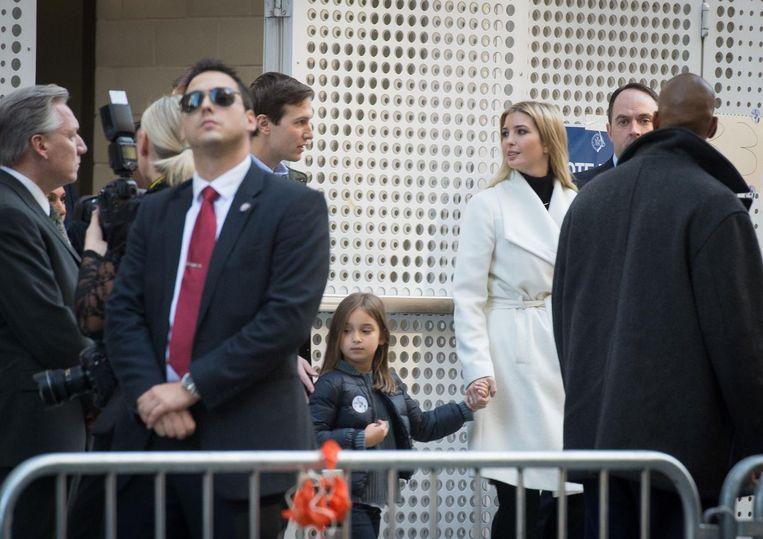 Jared Kushner en Ivanka Trump met een van hun drie kinderen.  Beeld EPA